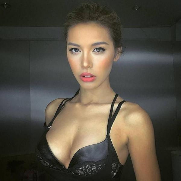 Minh Tú có chia sẻ cô rất vui khi có nhiều đường nét giống nữ diễn viên nổi tiếng Angelina Jolie song cô vẫn muốn xây dựng một hình ảnh riêng và đạt được thành công trên con đường sự nghiệp theo đuổi nghề mẫu của mình.