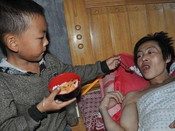 """Yanglin mới 7 tuổi nhưng đã là """"trụ cột"""" chính của gia đình, chăm sóc người cha bại liệt."""