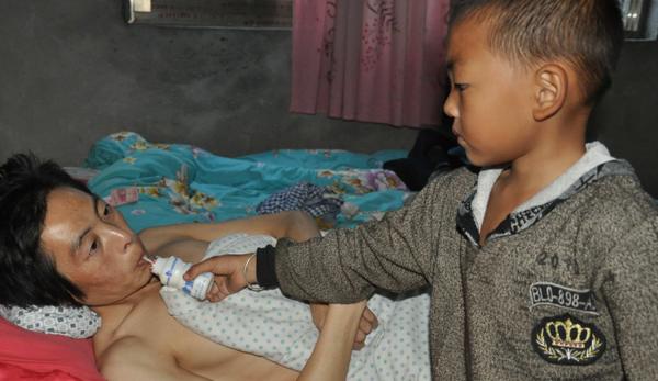 Vì quẫn bức, mẹ Yanglin bỏ nhà ra đi, hai cha con nương tựa vào nhau sống qua ngày.