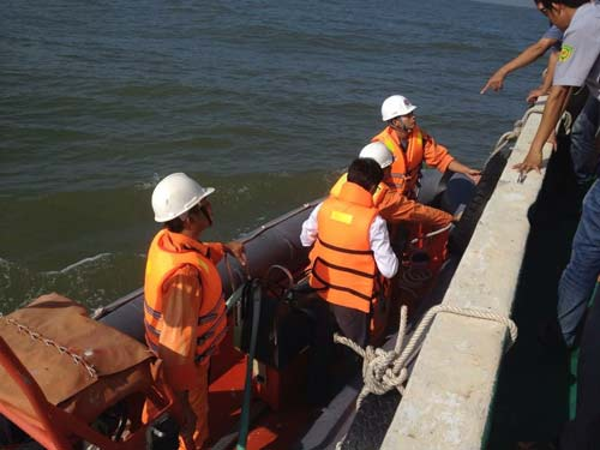 Lực lượng cứu nạn đang nỗ lực ứng cứu tàu bị nạn.