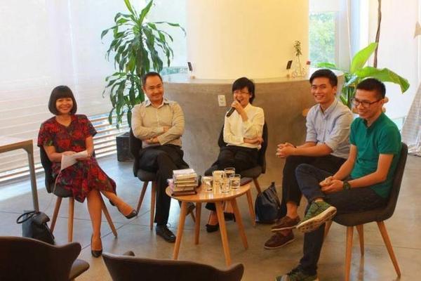 Thiện Học (thứ hai từ phải sang) tham dự một buổi talkshow về marketing cùng các chuyên gia trong lĩnh vực này.