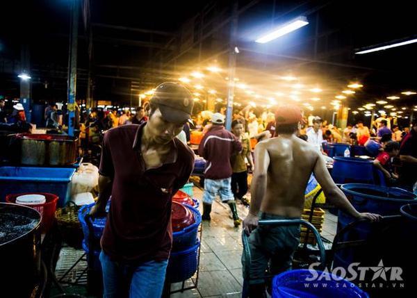 Những người bốc vác ở khu chợ thường được các chủ vựa trả công 10 nghìn/50 kg hàng vận chuyển.