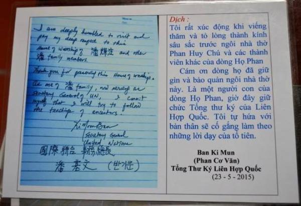 Bút tích của ông Ban Ki Moon lưu lại và dòng dịch bên cạnh hiện đang được lưu giữ tại nhà thờ của họ Phan Huy.