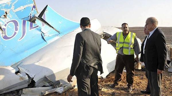 """Nhà chức trách phát hiện đống mảnh vỡ ở khu vực Hasana, miền trung Sinai, phía bắc Ai Cập. Một quan chức giấu tên cho biết: """"Khung cảnh tang thương. Nhiều thi thể vẫn dính chặt vào ghế"""". Ảnh: Reuters."""
