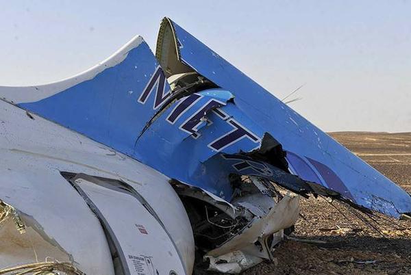 Phi cơ chở 224 người của hãng hàng không Nga Kogalymavia vỡ tan sau khi lao xuống đất hôm 31/10. Văn phòng Thủ tướng Chính phủ Ai Cập cung cấp các hình ảnh đầu tiên về hiện trường. Ảnh: Reuters.