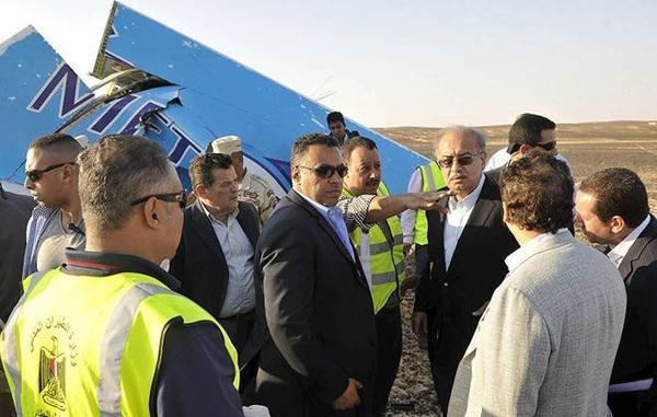 Thủ tướng Ai Cập Sherif Ismail thị sát hiện trường máy bay rơi. Vụ tai nạn khiến toàn bộ 224 hành khách và phi hành đoàn trên phi cơ thiệt mạng. 214 người Nga và 3 người Ukraine ngồi trên máy bay. Ảnh: Reuters