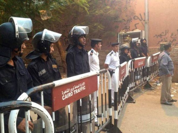 Lực lượng an ninh canh gác bên ngoài nhà xác để chờ xe cứu thương. Ảnh: AP.