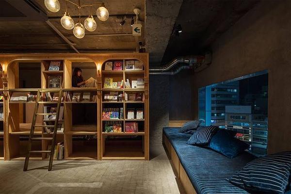 Không gian ấm áp bên trong khách sạn dành cho người mê sách.