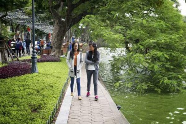 Nhiều người cũng tranh thủ dạo chơi quanh hồ Gươm, tận hưởng cái lạnh ngọt đầu đông.