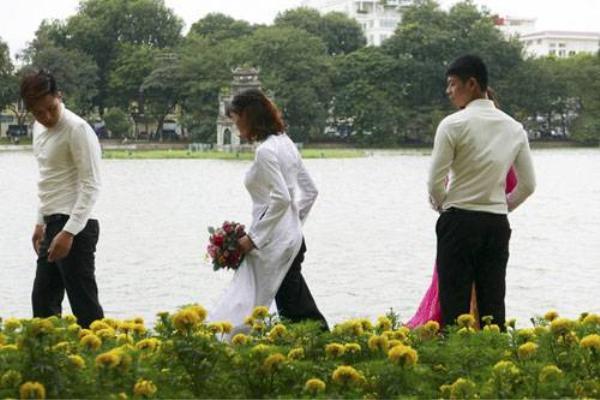 Thời tiết se lạnh chỉ đủ gây khó khăn cho các cặp đôi chụp ảnh cưới bên hồ Gươm.