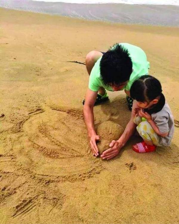 Cô bé 2 tuổi luôn nhận được sự chăm sóc và yêu thương của cha.