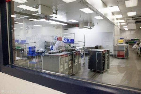 Tất cả các nhân viên làm việc trong khu vực bếp đều phải đội mũ che kín tóc, mặc áo khoác như trong phòng thí nghiệm để đảm bảo môi trường sạch sẽ.
