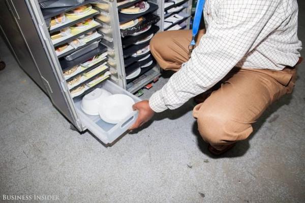Sau đó các tủ đồ ăn được vận chuyển lên máy bay và sẵn sàng  phục vụ cho hành khách.