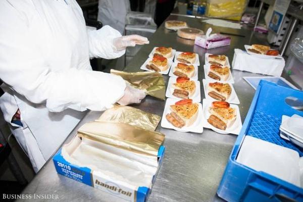 Từng khẩu phần ăn được chuẩn bị cẩn thận, bao gồm các món ăn chính, đồ tráng miệng...