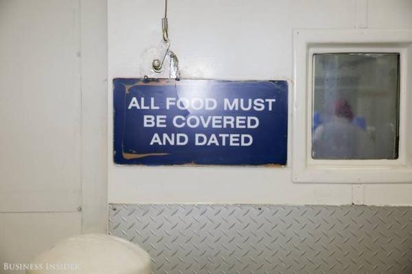 Tất cả thực phẩm nhập kho phải được bọc kín và dán nhãn ngày tháng rõ ràng.
