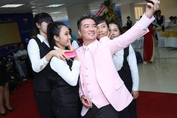 Trước khi ra về, Đàm Vĩnh Hưng dành thời gian chụp ảnh lưu niệm với các fan.