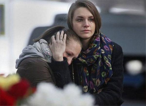 Người Nga tưởng nhớ các nạn nhân tại sân bay Pulkovo ở St Petersburg (Ảnh: AP).