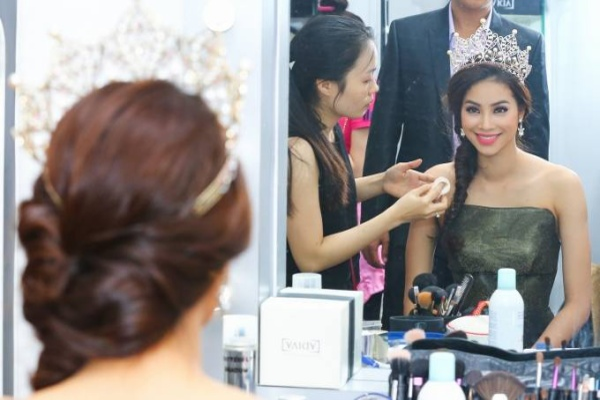 Hau truong makeup cua Hoa hau hoan vu VN PHAM HUONG (1)