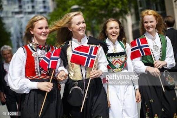 Các cô gái Na Uy trong trang phục truyền thống.