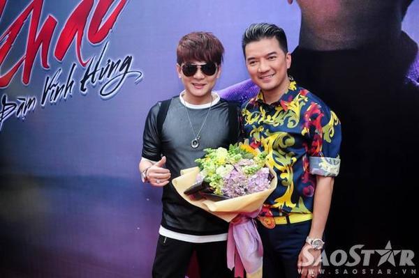 """Ca sĩ Vũ Hà diện trang phục """"xì-tin"""" đến chúc mừng đồng nghiệp."""