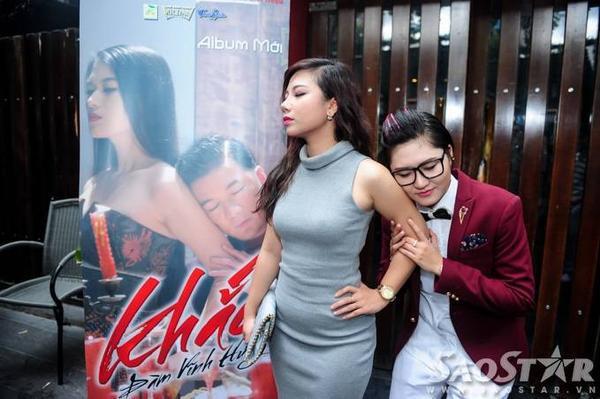 Phượng Vũ - Vicky Nhung tranh thủ tạo dáng vui nhộn trước ống kính máy ảnh.