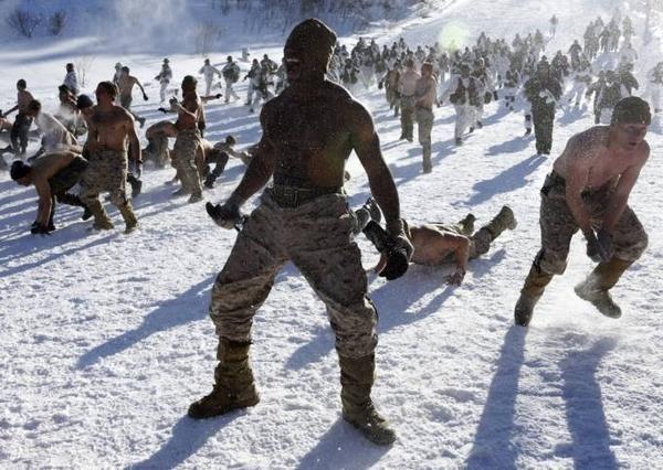 Trong khi đó, một cuộc tập trận chiến đấu giữa binh lính Mỹ - Hàn diễn ra ngay trên một đỉnh núi phủ dày băng tuyết tại Hàn Quốc.
