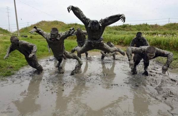 Tại Trung Quốc, các chiến sỹ - công an phải tập luyện trong hoàn cảnh truy đuổi tội phạm và quân địch trong bùn lầy.