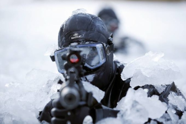 Còn các binh sỹ Hàn Quốc chắc cũng quen thuộc khi phải tập bắn trong điều kiện băng tuyết khắp người như thế này.