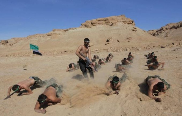 Một buổi huấn luyện của binh linh Iraq sẽ không sót màn bò trườn trong lớp súng đạn đang bắn tỉa xung quanh.