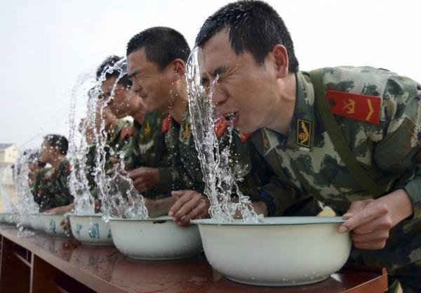 Mọi giới hạn chịu đựng của con người đều bị đẩy vượt quá khả năng của người bình thường là điều tiết nhiên trong các trại huấn luyện. Trong ảnh là cảnh các chiến sỹ tập luyện nín thở lâu dưới nước.