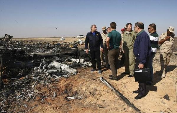 Xác chiếc máy bay Nga cháy đen thui. Các chuyên gia đang kiểm tra hộp đen để tìm kiếm nguyên nhân vụ tai nạn. Kết luận ban đầu được khẳng định là do ngoại lực tác động chứ không phải lỗi phi công hay kỹ thuật.