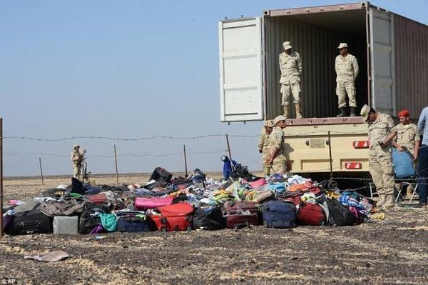 Quân đội Ai Cập thu dọn hành lý của các nạn nhân nằm rơi rải rác trên diện tích rộng.