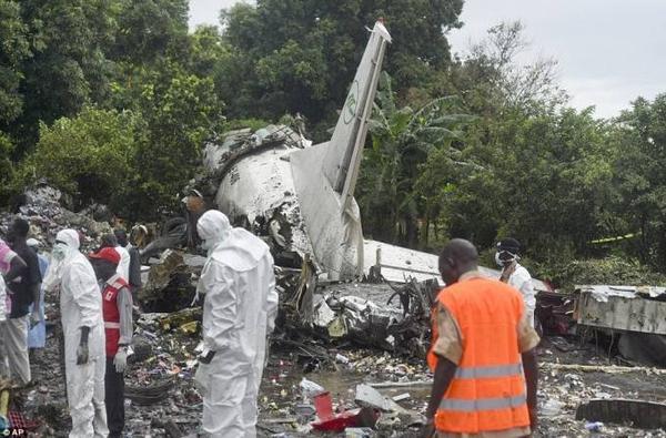 Các nhân viên cứu hộ đang tiếp tục tìm kiếm các nạn nhân bị kẹt trong đống đổ nát cháy đen.