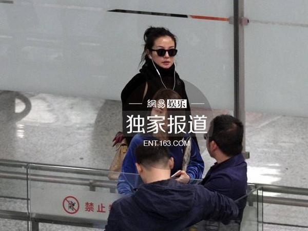 Triệu Vy có mặt tại sân bay Thượng Hải. Dù đeo kính đen, cô vẫn để lộ vùng da nhăn nheo.