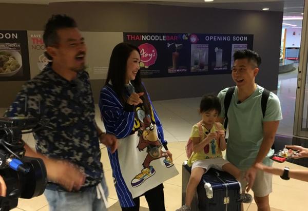 """Phạm Văn Phương nói: """"Gia đình ba người, đi dâu anh ấy cũng nhớ gọi điện, hẹn lịch cùng tôi và con. Điều đó khiến chúng tôi dù xa nhau do công việc vẫn như cách nhau gang tấc""""."""