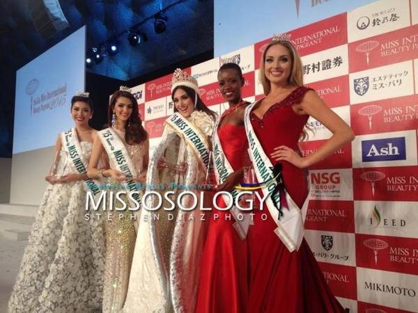 Thúy Vân và Tân Hoa hậu cùng các Á hậu chụp ảnh sau khi kết thúc đêm chung kết.