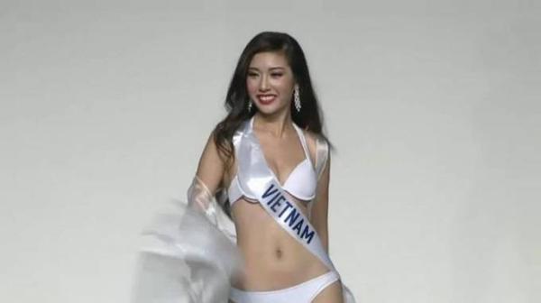 Thúy Vân sải bước chuyên nghiệp trên sân khấu ở phần thi áo tắm.