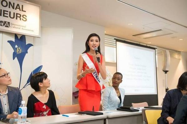 Người đẹp tự tin thuyết trình trước ban giám khảo.
