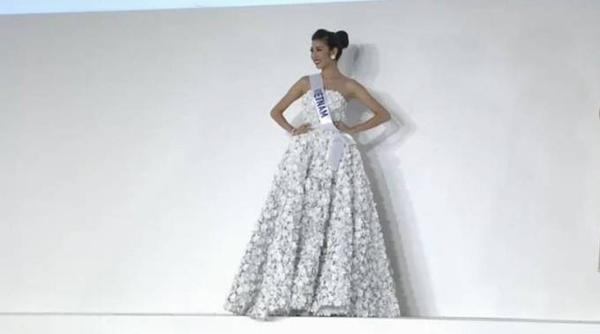 Á khôi Áo dài 2014 một lần nữa để lại dấu ấn trong phần thi Trang phục dạ hội với bộ cánh đẹp mắt.