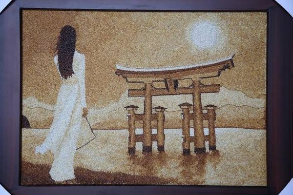 Bức tranh do Thúy Vân lên ý tưởng lấy hình ảnh của chính mình, một cô gái Việt giữ nét truyền thống nhưng vẫn hội nhập với thế giới và tiếp nhận văn hoá nhân loại qua hình ảnh Vân mặc áo dài nhìn ra hướng đền Itsukushima nổi tiếng của Nhật
