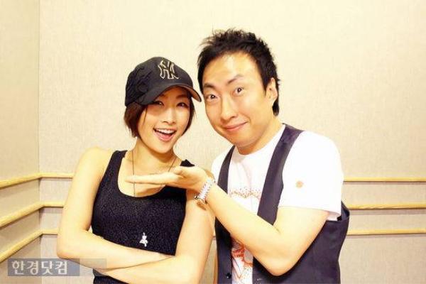 """Tháng 7/2010, Park Myung Soo bắt tay với thành viên Nicole Jung của nhóm nữ đình đám khác là KARA trong ca khúc Whale. Tới 4 năm sau, Nicole rời khỏi KARA để gây dựng sự nghiệp riêng. Trong buổi trò chuyện hồi tháng 4, nghệ sĩ hài chia sẻ: """"Vào thời điểm đó, KARA vẫn còn nhỏ, giờ thì họ trưởng thành rồi. Ví dụ như Han Seung Yeon còn trẻ con khiến tôi chẳng dám đùa giỡn với cô bé. Nhưng mà hình như ai cộng tác với tôi, từ Jessica (SNSD) và Nicole cũng đều sau đó rời nhóm thì phải, cả Primary cũng vướng phải rắc rối""""."""