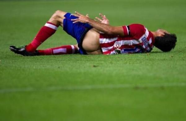 Diego Costa thời còn thi đấu cho Atletico Madrid trong trận đấu với Osasuna đã bị Juanfran bên phía đội khách phạm lỗi. Hậu quả cú ngã trượt trên sân sau đó của tiền đạo này vô tình khiến anh bị tụt quần lộ nguyên cả cặp mông trước hàng vạn cặp mắt trên sân.