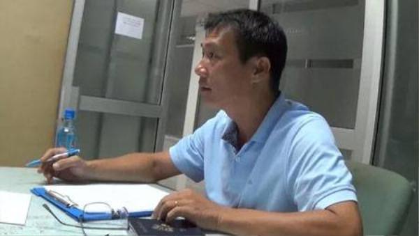 Ông Trâm bức xúc trình bày với nhân viên Cảng vụ hàng không Quốc tế Tân Sơn Nhất (Ảnh cắt từ clip).