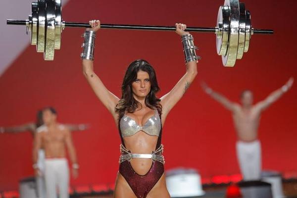 Người mẫu Isabeli Fontana bỗng chốc trở thành một VĐV thể hình.