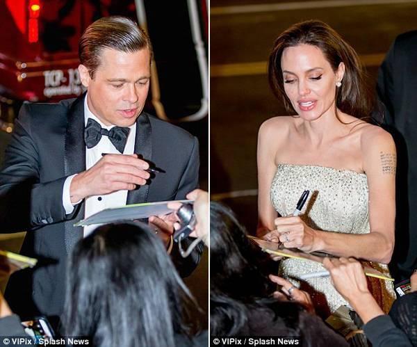 Cặp đôi ký tặng cho người hâm mộ trong sự kiện. Mối tình Brangelina truyền cảm hứng cho đông đảo công chúng.