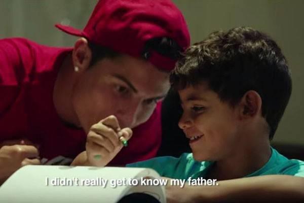 Ronaldo vẫn quyết định giữ kín danh tính mẹ của con trai.