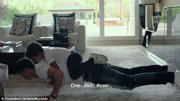 2 cha con của siêu sao Real Madrid chơi đùa cùng nhau.