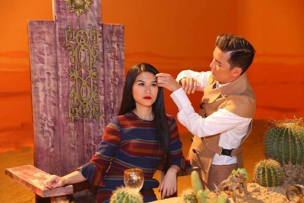 Đàm Vĩnh Hưng giúp Ngọc Thanh Tâm sửa lại tóc trước một cảnh quay.