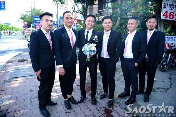 Ngoài người thân trong gia đình Văn Anh từ Nghệ An bay vào Sài Gòn để đón dâu, nam diễn viêncòn được đông đảo bạn bè là các nghệ sĩgóp sức bằng việc tham giađoàn bê tráp.