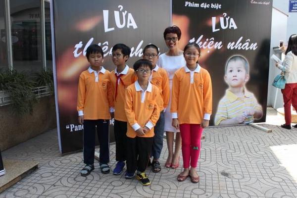 Thien_Nhan_cung_ban_be_tham_gia_buoi_cong_chieu